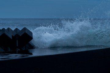 Shooting Muroran, Hokkaido, on X1D: photo of waves crashing on breakwater