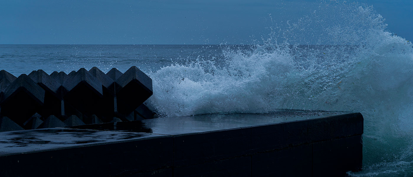 Shooting Muroran, Hokkaido, on X1D: photo of waves crashing on breakwater